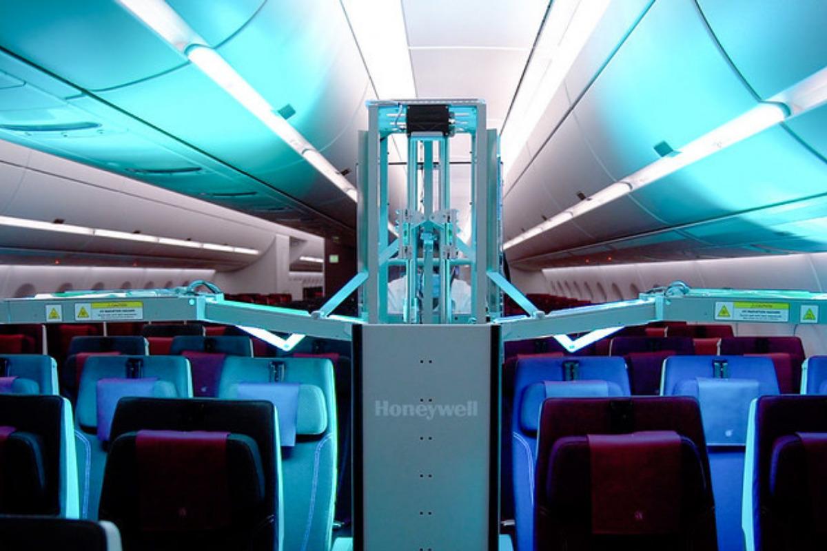 Carrito de limpieza ultravioleta de Qatar Airways